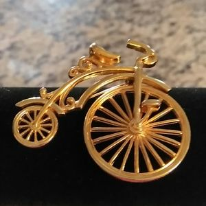 CUTE BROOCH WITH SPINNING WHEEL